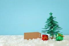 Immagine degli alberi di Natale di carta sopra neve bianca immagine stock