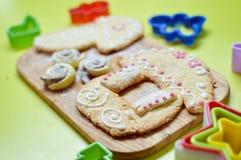 Immagine dei biscotti del pan di zenzero sullo scrittorio di legno Fotografia Stock