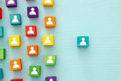 immagine dei blocchi variopinti con le icone della gente sopra la tavola di legno, le risorse umane ed il concetto della gestione Fotografie Stock