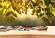 Immagine dei bordi di legno rustici anteriori con l'asciugamano contro fondo di di olivo l'immagine è retro tonificata e aspetta  Immagine Stock Libera da Diritti