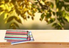 Immagine dei bordi di legno rustici anteriori con l'asciugamano contro fondo di di olivo l'immagine è retro tonificata e aspetta  Immagini Stock Libere da Diritti