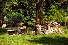 Immagine dei calderoni boling al camino Immagine Stock