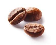 Immagine dei chicchi di caffè arrostiti sopra fondo bianco immagini stock
