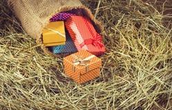 immagine dei contenitori di regalo nel primo piano del fieno Fotografia Stock