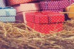 immagine dei contenitori di regalo nel primo piano del fieno Fotografia Stock Libera da Diritti