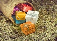 immagine dei contenitori di regalo nel primo piano del fieno Fotografie Stock Libere da Diritti