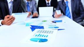 Immagine dei documenti di affari con il gruppo lavorante Fotografia Stock