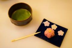 Immagine dei dolci e del tè verde fotografie stock libere da diritti