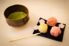 Immagine dei dolci e del tè verde immagine stock