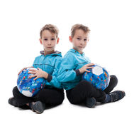 Immagine dei fratelli gemelli in modo divertente che posano con le palle Fotografia Stock Libera da Diritti