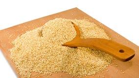Immagine dei grani della quinoa su un primo piano del bordo di legno fotografia stock