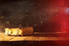 Immagine dei libri antichi, con i catenacci d'ottone periodo medievale di fantasia e concetto religioso Fotografia Stock Libera da Diritti