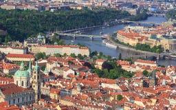 Immagine dei ponti di Praga sopra il fiume della Moldava, capitale della repubblica Ceca, durante l'ora blu crepuscolare, Praga,  Fotografia Stock Libera da Diritti