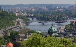 Immagine dei ponti di Praga sopra il fiume della Moldava, capitale della repubblica Ceca, durante l'ora blu crepuscolare, Praga,  Immagine Stock