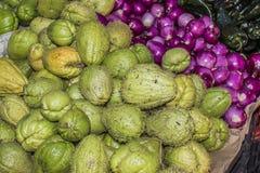 Immagine dei prodotti freschi in cipolle messicane, peperoncini rossi e zucchine centenarie di un mercato fotografia stock