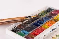 Immagine dei secchi e delle spazzole della pittura isolati Fotografie Stock