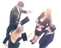 Immagine dei soci commerciali che discutono i documenti e le idee al mee Immagine Stock Libera da Diritti