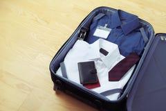 Immagine dei vestiti dell'uomo d'affari nella borsa di viaggio Fotografie Stock Libere da Diritti