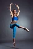 Immagine del ballerino di balletto moderno che posa nello studio Immagine Stock