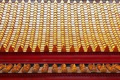 Immagine del Buddha sulle mattonelle di tetto del tempiale Fotografia Stock