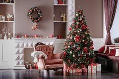 Immagine del camino e dell'albero di Natale decorato fotografia stock