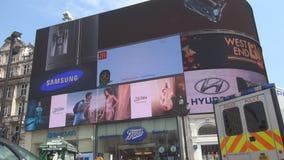 Immagine del centro di Londra nel quadrato di Piccadilly Circus con l'ambulanza sulla via archivi video