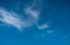 Immagine del cielo blu con la mattina variopinta delle nuvole Fotografia Stock