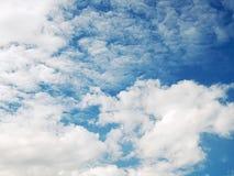 Immagine del cielo blu con le nuvole sanguinose Immagine Stock Libera da Diritti
