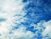 Immagine del cielo blu con le nuvole sanguinose Fotografie Stock