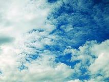 Immagine del cielo blu con le nuvole sanguinose Fotografie Stock Libere da Diritti