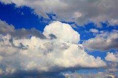 Immagine del cielo lanuginoso di estate Immagini Stock Libere da Diritti