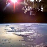 Immagine del collage con pianeta Terra dallo spazio cosmico e dall'astronave qui sopra immagine stock