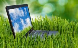 Immagine del computer portatile nell'erba Immagine Stock Libera da Diritti