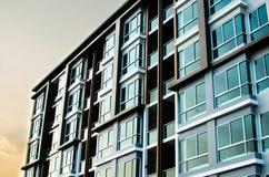 Immagine del condominio sul pomeriggio con l'insieme del sole Fotografie Stock