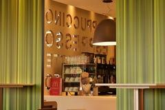 Immagine del contatore interno del servizio al fast food con la vista dei vetri del caffè, delle macchine e della parete decorati Immagine Stock