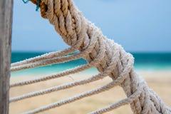 Immagine del dettaglio di una corda torta dell'amaca Fotografie Stock Libere da Diritti