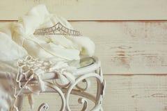 Immagine del diadema del diamante sulla tavola d'annata Annata filtrata Fuoco selettivo fotografia stock