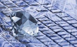 immagine del diamante sul primo piano del fondo dei soldi Fotografia Stock Libera da Diritti