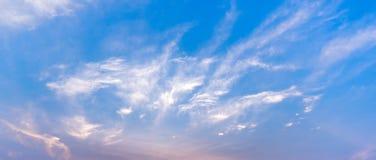 Immagine del fondo del cielo blu e della nuvola di panarama Immagine Stock