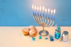 immagine del fondo ebreo di Chanukah di festa con menorah & x28; candelabra& tradizionale x29; fotografia stock libera da diritti