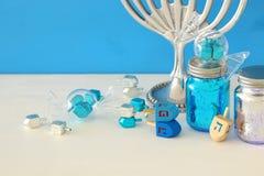 immagine del fondo ebreo di Chanukah di festa con menorah & x28; candelabra& tradizionale x29; fotografia stock