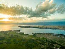 Immagine del fuco al tramonto sopra il lago con le nuvole ed il Sun Immagine Stock Libera da Diritti