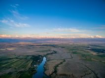 Immagine del fuco al tramonto sopra il lago con le nuvole ed il Sun Fotografia Stock