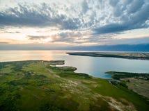 Immagine del fuco al tramonto sopra il lago con le nuvole ed il Sun Fotografie Stock