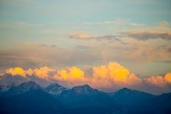 Immagine del fuco al tramonto sopra le montagne con le nuvole arancio ed il Sun Immagini Stock Libere da Diritti