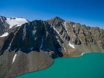 Immagine del fuco dal lago mountain con il lago mountain di Skyfrom del blu e della neve con neve e cielo blu fotografie stock libere da diritti