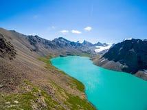 Immagine del fuco dal lago mountain con il lago mountain di Skyfrom del blu e della neve con neve e cielo blu fotografia stock