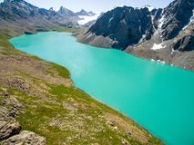 Immagine del fuco dal lago mountain con il lago mountain di Skyfrom del blu e della neve con neve e cielo blu fotografia stock libera da diritti