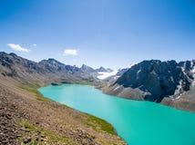 Immagine del fuco dal lago mountain con il lago mountain di Skyfrom del blu e della neve con neve e cielo blu immagini stock