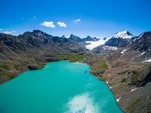 Immagine del fuco dal lago mountain con neve e cielo blu Fotografie Stock Libere da Diritti